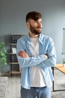 Portret przystojnego młodego mężczyzny w pracy