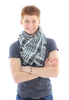 Portret przystojnego młodego mężczyzny w zwykłych ubraniach stojącego na białym tle