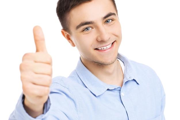 Portret przystojnego szczęśliwego mężczyzny pozowanie na białym tle