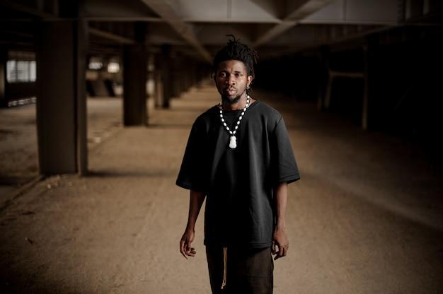 Portret przystojny afro amerykański mężczyzna
