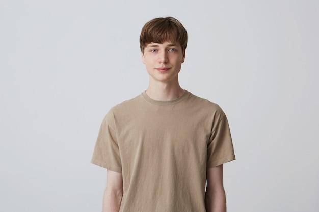 Portret przystojny atrakcyjny młody człowiek pozowanie