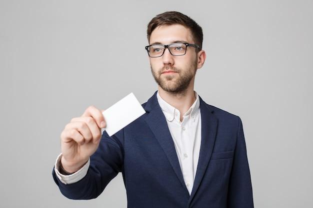 Portret przystojny biznesmen pokazując wizytówkę z uśmiechniętą twarz pewnie