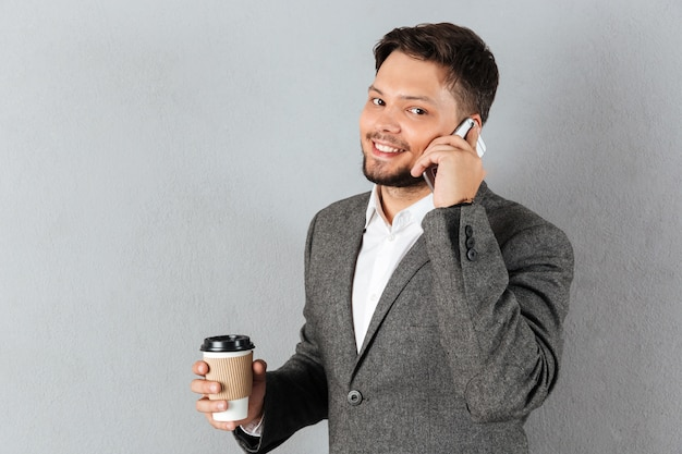 Portret przystojny biznesmen rozmawia