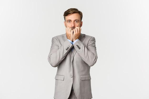 Portret przystojny biznesmen w szarym garniturze