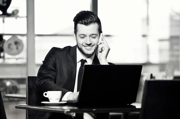 Portret przystojny biznesmen yang w biurze.