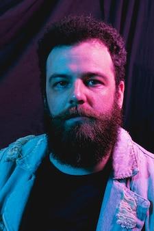 Portret przystojny broda mężczyzna