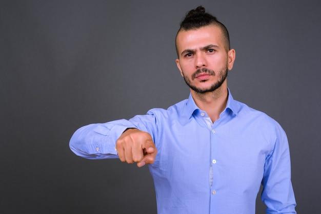 Portret przystojny brodaty biznesmen turecki, wskazując na aparat