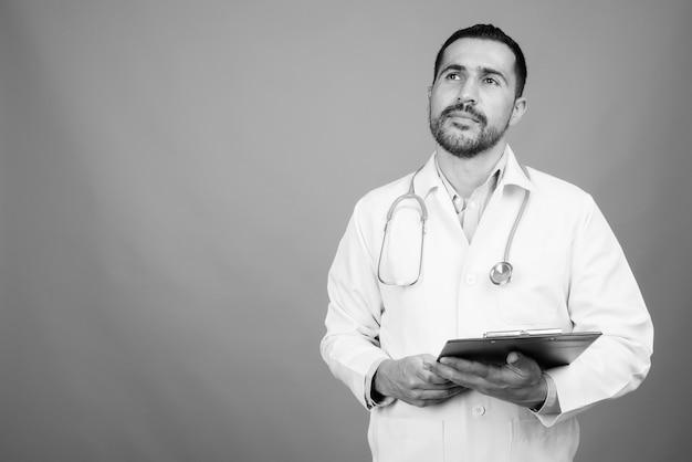 Portret przystojny brodaty perski mężczyzna lekarz na szaro w czerni i bieli