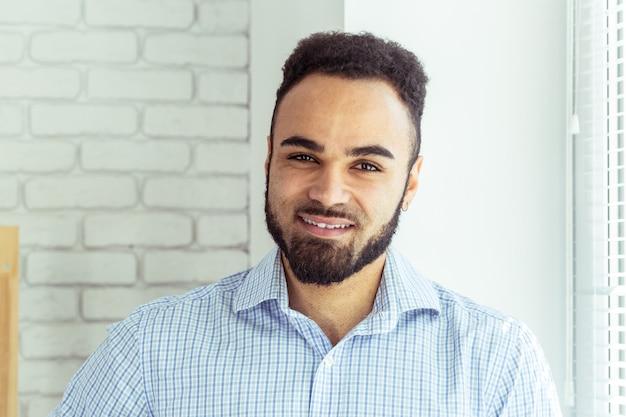 Portret przystojny czarny amerykanin afrykańskiego pochodzenia mężczyzna