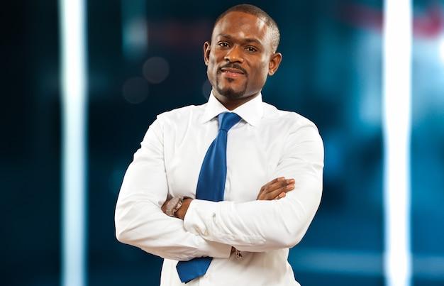Portret przystojny czarny biznesmen