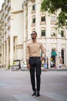 Portret przystojny czarny młody biznesmen afrykański na sobie ubranie na zewnątrz w mieście
