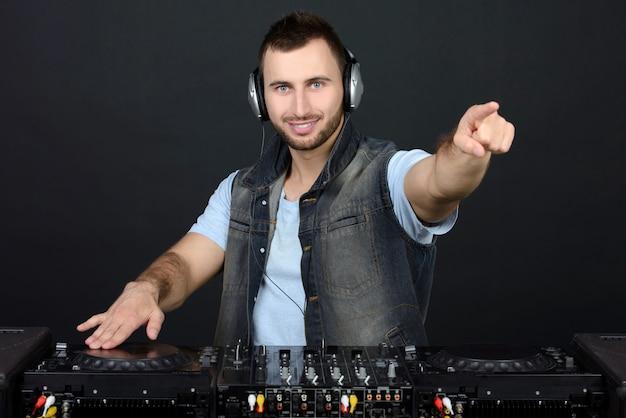 Portret przystojny deejay grający muzykę klubową.