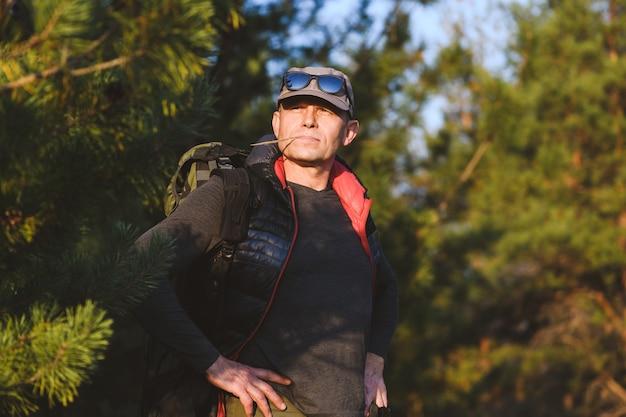 Portret Przystojny Dojrzały Mężczyzna Turysta Na Zewnątrz Premium Zdjęcia