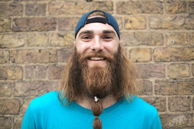 Portret przystojny facet z długimi włosami i długą brodą