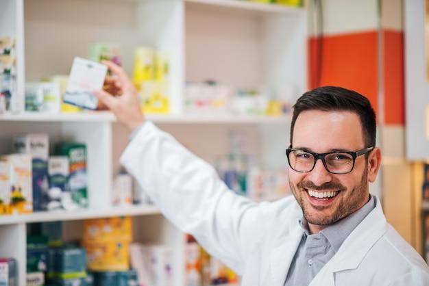 Portret przystojny farmaceuta w pracy.