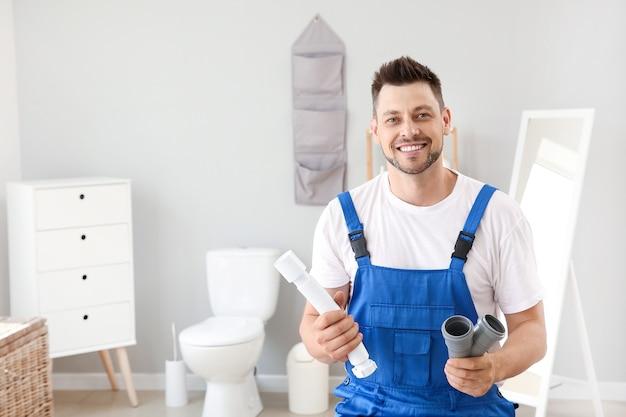 Portret przystojny hydraulik w toalecie