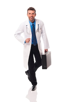 Portret przystojny i pewny siebie lekarz