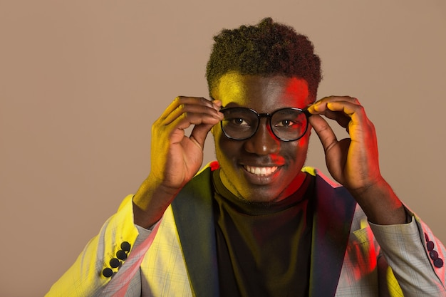 Portret przystojny mężczyzna afryki w garniturze