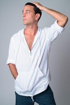 Portret przystojny mężczyzna hiszpanie szczotkowanie włosów do tyłu