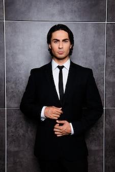 Portret przystojny mężczyzna hiszpanin guziki jego kurtkę