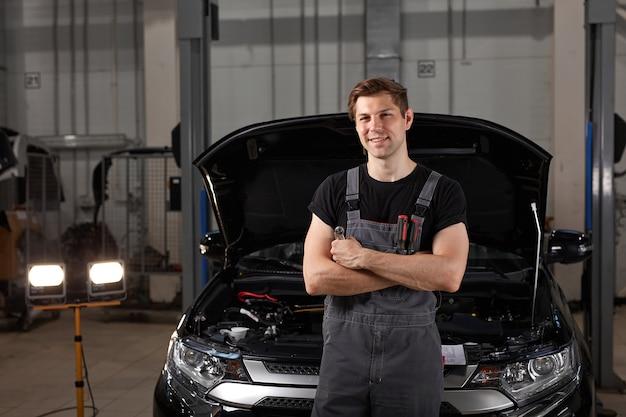 Portret przystojny mężczyzna mechanik samochodowy kaukaski