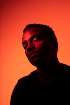 Portret przystojny mężczyzna na pomarańczowym tle