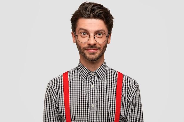 Portret przystojny mężczyzna nieogolony uczeń wonk w eleganckiej odzieży