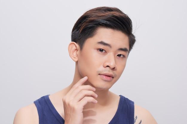 Portret przystojny mężczyzna o zdrowej skórze twarzy.