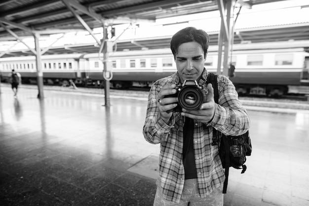 Portret przystojny mężczyzna perski turysta spędza wakacje i zwiedza bangkok w czerni i bieli