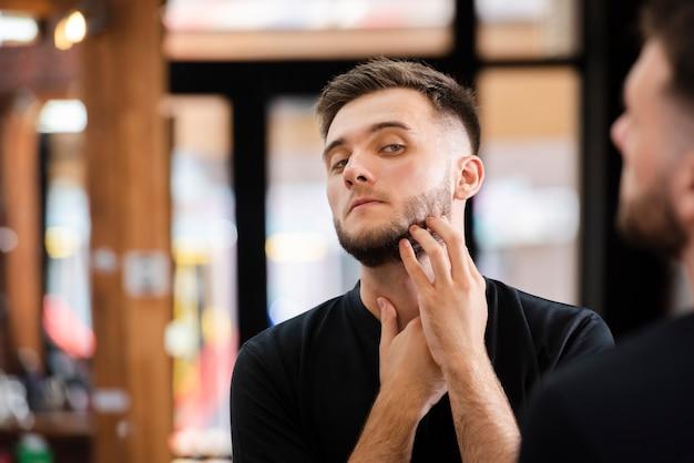 Portret przystojny mężczyzna po przycinaniu