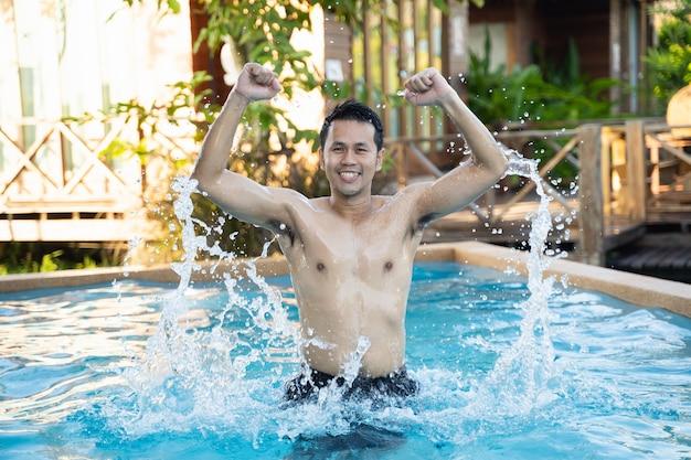 Portret przystojny mężczyzna pozowanie w basenie