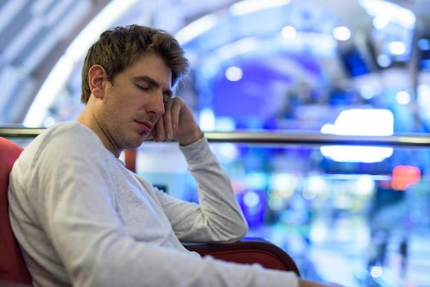Portret przystojny mężczyzna relaks w kawiarni wewnątrz centrum handlowego w mieście bangkok, tajlandia