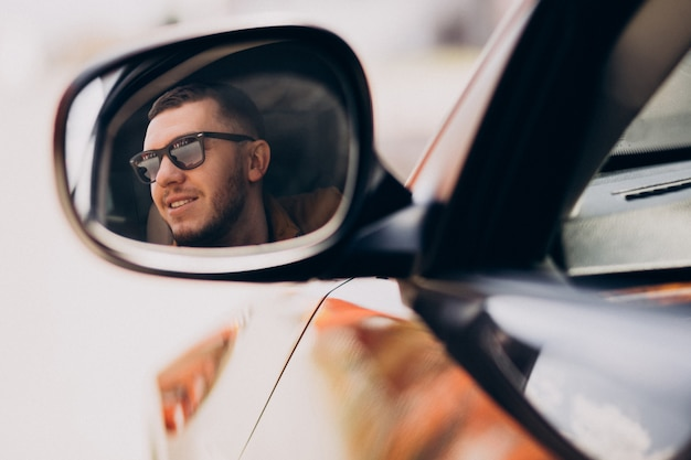 Portret przystojny mężczyzna siedzi w samochodzie