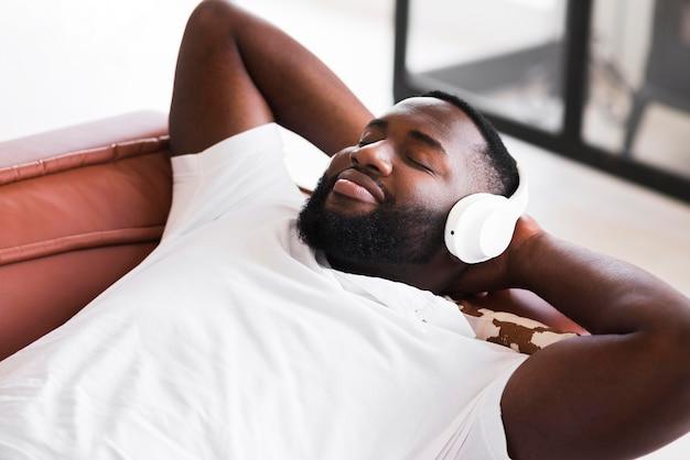 Portret przystojny mężczyzna słucha muzyka