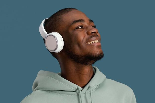 Portret przystojny mężczyzna uśmiechnięty ze słuchawkami