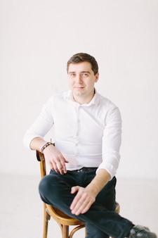 Portret przystojny mężczyzna w białej spódnicy i czarne spodnie