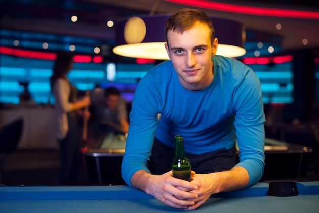 Portret przystojny mężczyzna w klubie bilardowym