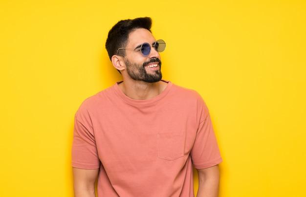 Portret przystojny mężczyzna z brodą
