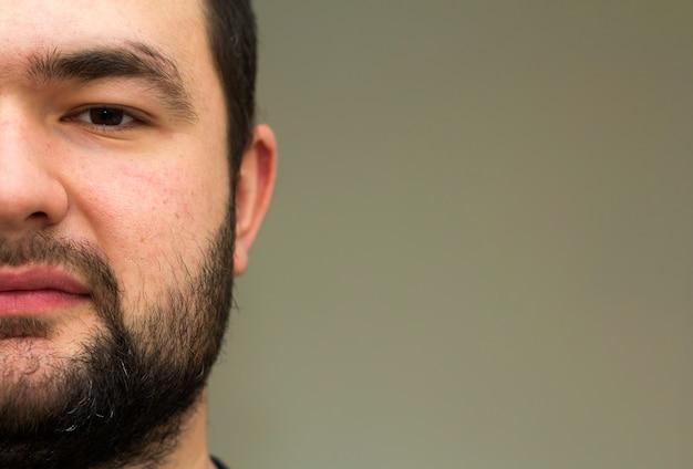 Portret przystojny młody brodaty mężczyzna. widok części