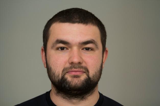 Portret przystojny młody brodaty mężczyzna