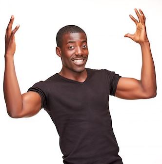 Portret przystojny młody czarnego afrykanina uśmiechnięty mężczyzna