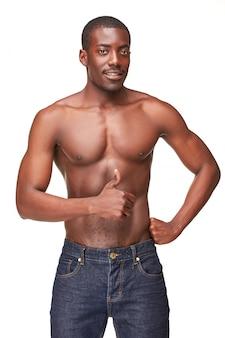 Portret przystojny młody czarny afrykański uśmiechnięty mężczyzna