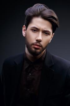 Portret przystojny młody człowiek, który jest poważny