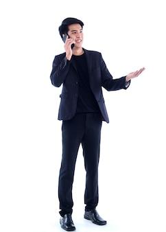 Portret przystojny młody człowiek rozmawia telefon na białym tle