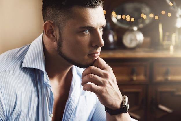 Portret przystojny młody człowiek ubrany w niebieską koszulę