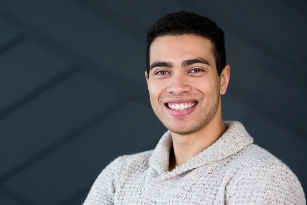 Portret przystojny młody człowiek uśmiecha się