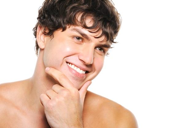 Portret przystojny młody człowiek z ogoloną twarzą i szczęśliwym uśmiechem