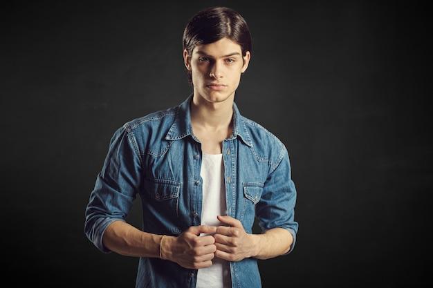 Portret przystojny młody człowiek