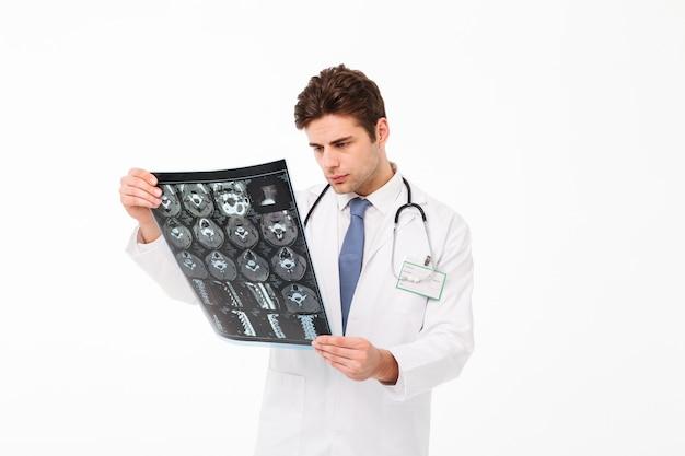 Portret przystojny młody lekarz mężczyzna