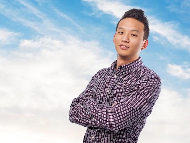 Portret przystojny młody mężczyzna azjatyckich na tle nieba